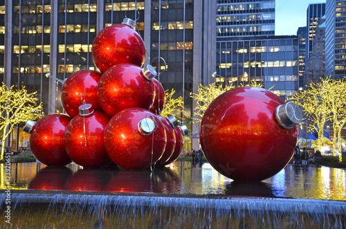Plakát  Giant Christmas Ornaments in Manhattan, New York City, USA.