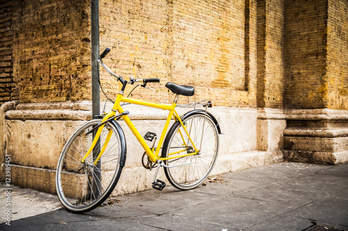 Tuinposter Fiets urban bike standing at wall