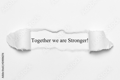 Foto  Zusammen sind wir stärker! auf weißem zerrissenem Papier