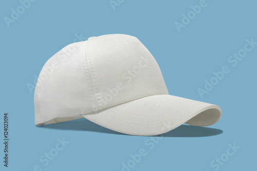 Photo  Closeup of the fashion white cap isolated on blue background.
