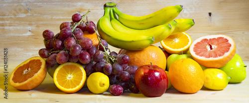 Owoce na drewnianym tle