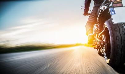 Motorrad fährt auf freier L...
