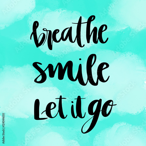 Photo  Breathe, smile, let it go inspirational message on blue painted background