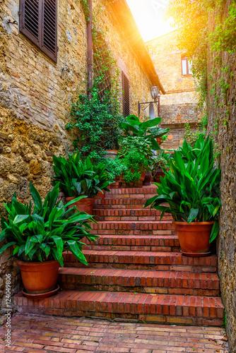 stara-ulica-w-san-gimignano-tuscany-wlochy-san-gimignano-jest-typowym-toskanskim-sredniowiecznym-miastem-we-wloszech