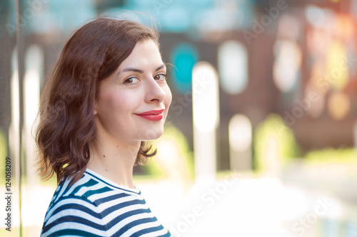 Fotografia  fashionable young woman looking at the camera, hopeful and smiling