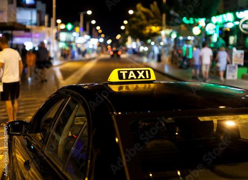Zdjęcie XXL Taxi znak na dachu taxi przy nocą