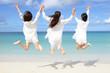 南国沖縄の美しいビーチで遊ぶ女性