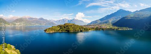 Fotobehang Luchtfoto Panoramica aerea della Baia di Piona - Lago di Como (IT) - vista verso nord