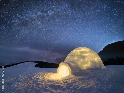Foto op Aluminium Nachtblauw Winter night landscape with a snow igloo and a starry sky