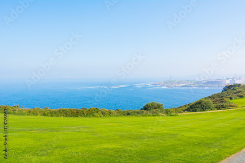 Fotografie, Obraz  prato verde e vista sull'oceano. La natura in Galizia, Spagna