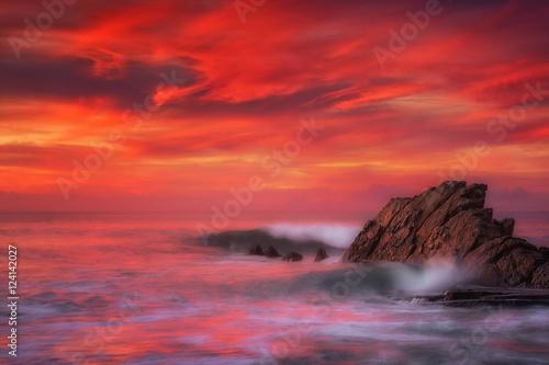 Montage in der Fensternische Kastanienbraun waves in Azkorri beach with long exposure