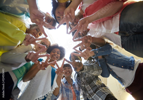 Foto  international students showing peace or v sign