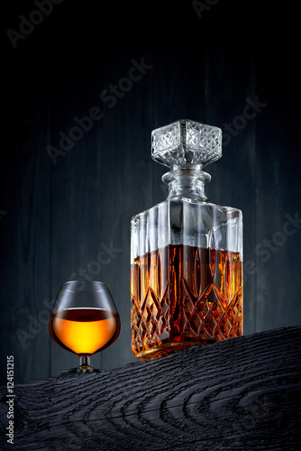 szklo-i-karafka-whisky-na-czarnym-drewnianym-tabl