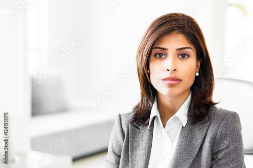 Photo  Young Woman Hispanic Businesswoman in Office