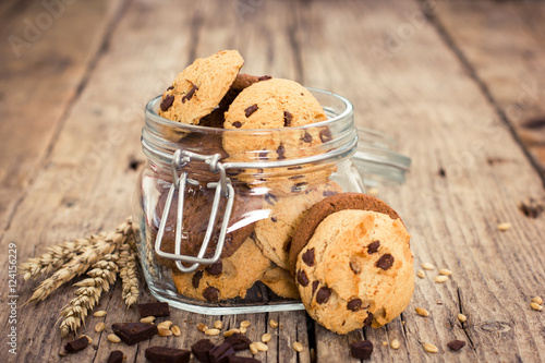 Foto op Plexiglas Koekjes Homemade chocolate chip cookies in the jar