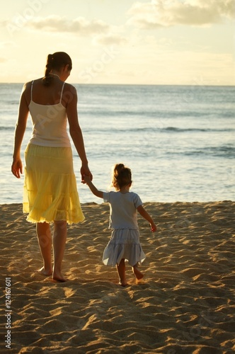 Staande foto Strand Mother And Daughter At The Beach