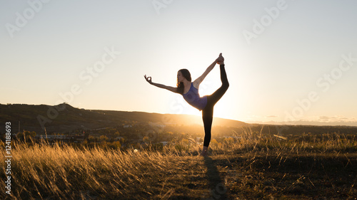 Poster Ecole de Yoga Woman doing yoga dancers pose during sunset