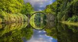 Fototapeta Tęcza - Tęcza nad diabelskim mostem w parku Kromlau,Niemcy