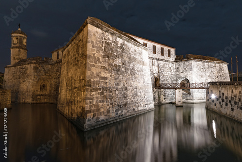 Photo  night shot of fortress in old town of havana, cuba
