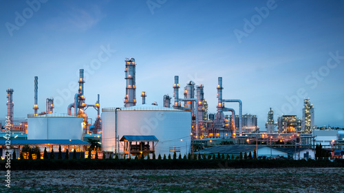 Photo  Petrochemical plant (oil refinery) industry with blue sky