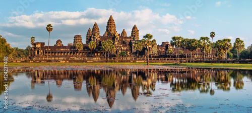 In de dag Bedehuis Ancient Khmer architecture. Panorama view of Angkor Wat temple at sunset. Siem Reap, Cambodia
