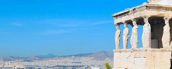 Panoramska pozadina natpisa s Akropolom, hramom Erechtheum u Ateni, Grčkoj i plavim nebom