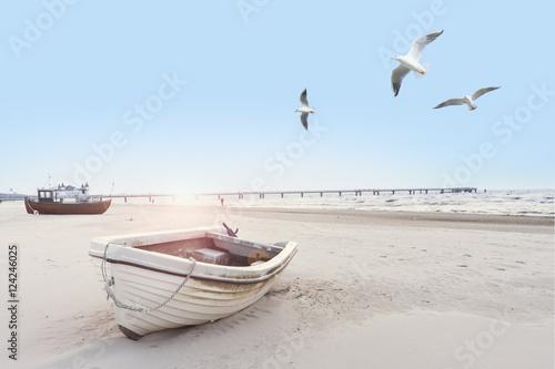 Fotografía  schönes Strandbild mit Booten und Möven