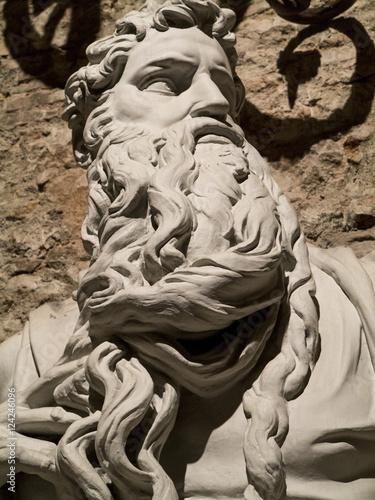 Tela  parte de una escultura,en material de yeso en sitio publico, no siendo un origin
