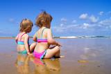 Fototapeta Fototapety z morzem do Twojej sypialni - Two little girls on the beach.