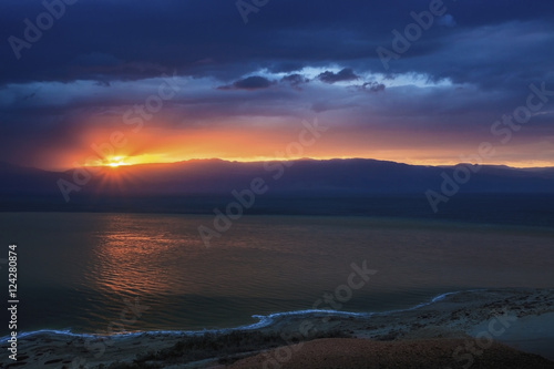 In de dag Ochtendgloren Dramatic sky at sunrise over the dead sea;Israel