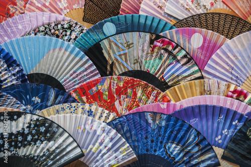 kolorowi-fan-na-pokazie-przy-teapot-pasmem-kyoto-japan