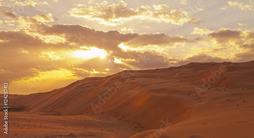 Staande foto Abu Dhabi Sunset Over The Sand Dunes; Liwa Oasis, Abu Dhabi, United Arab Emirates