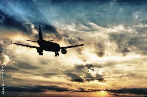 piekny-widok-sylwetka-duzego-samolotu-na-tle-chmur