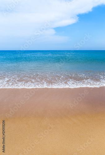 biala-miekka-fala-na-pustej-tropikalnej-plazy-i-blekitnym-morzu-z-niebieskim-niebem-i-bielu-oblocznym-tlem