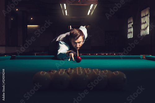 Man playing billiard Fotobehang