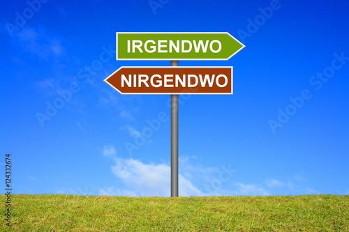 Fotografie, Obraz  Schild zeigt in Richtung Irgendwo und Nirgendwo