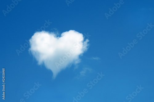 Poster Ciel heart shaped cloud in the blue sky