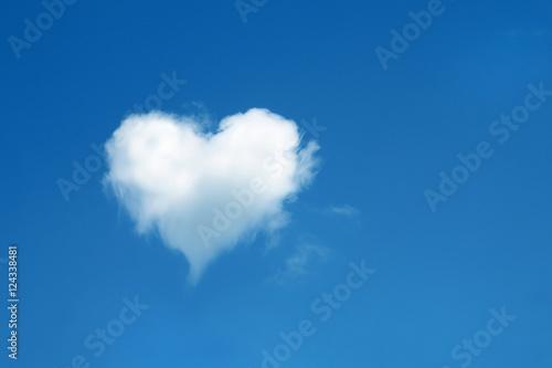 Foto auf AluDibond Himmel heart shaped cloud in the blue sky