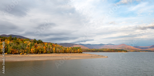 Pinturas sobre lienzo  Ashokan Reservoir in the Catskills with Fall Colors and Dramatic Sky in the Mid-Hudson Valley