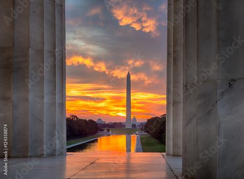 Photo  Brilliant sunrise over reflecting pool DC