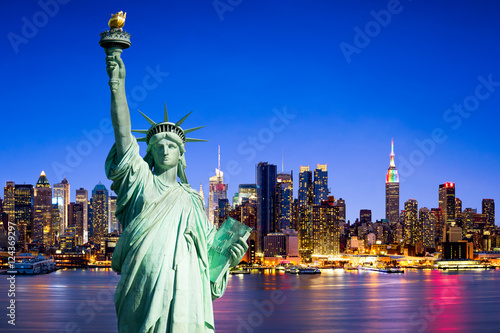 Foto auf Leinwand New York City New York City skyline mit Freiheitsstatue