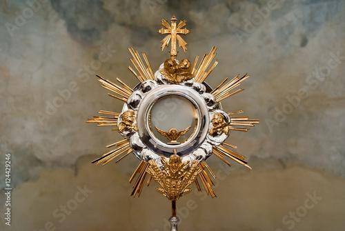 Fotografia Ostensorio in chiesa color oro con croce e raggi