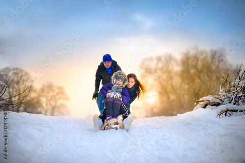 Cadres-photo bureau Glisse hiver family rides the sledge in the wood