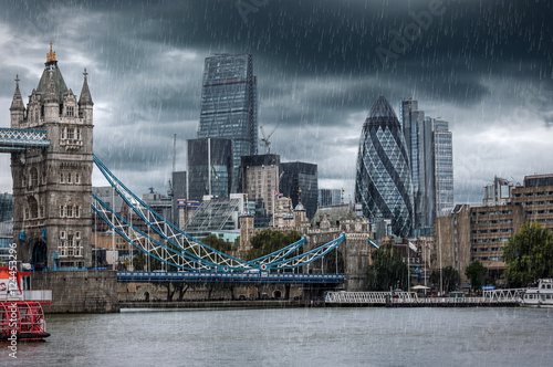 Poster London Tower Bridge und City of London bei Regen