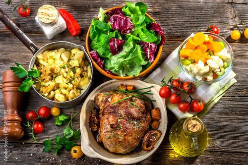 Plakat Domowy obiad. Mięso, wieprzowina, ziemniaki i warzywa