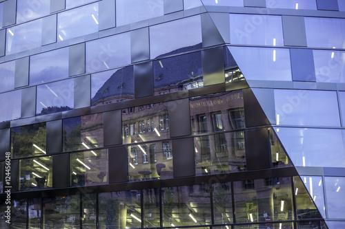 Foto op Canvas Oude gebouw Historisches Gebäude spiegelt sich in moderner Glasfassade