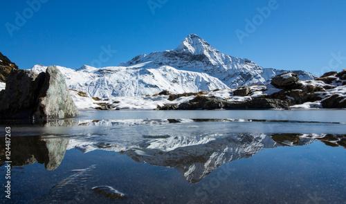 Poster Reflectie Pizzo Scalino - Montagna riflessa nel lago alpino