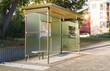 Bushaltestelle an einer Straße im schönen Sonnelicht