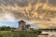 Beautiful Mammatus Clouds Form...