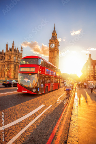 Türaufkleber London roten bus Big Ben against colorful sunset in London, UK